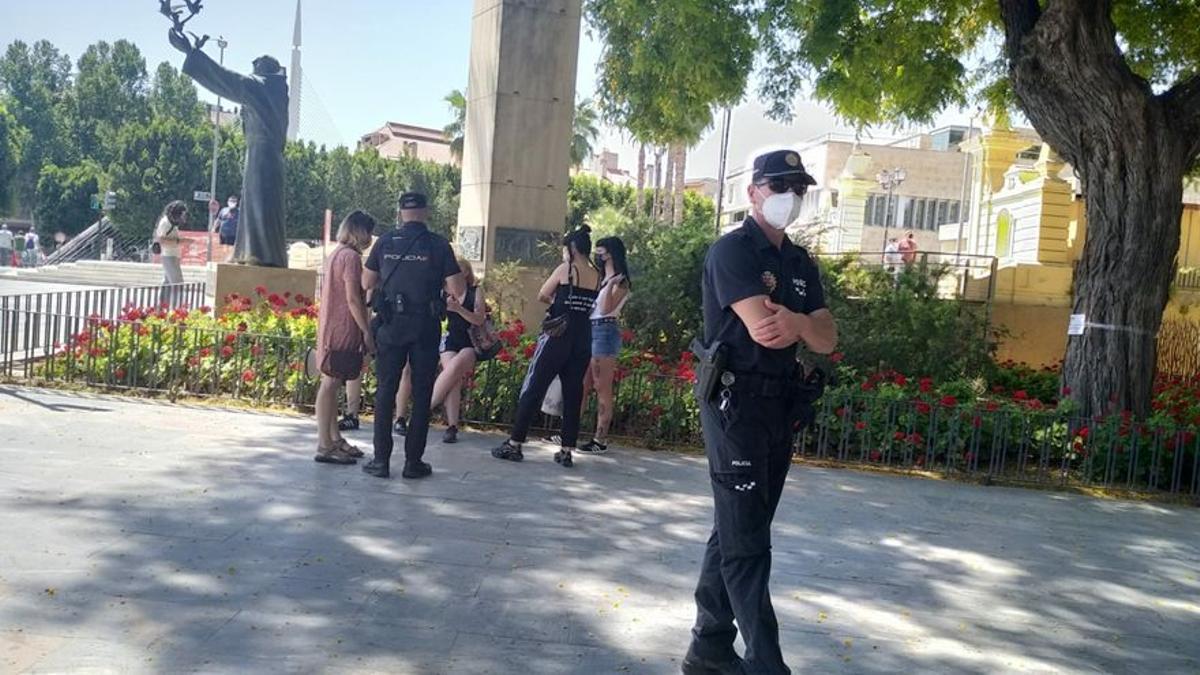 La policía, junto con las cinco personas que se mostraron contrarias a la convocatoria RadFem en contra de la 'ley trans' en el Malecón el pasado 26 de junio