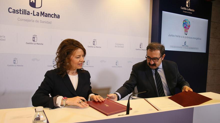 Firma del convenio entre Bienestar Social y Sanidad