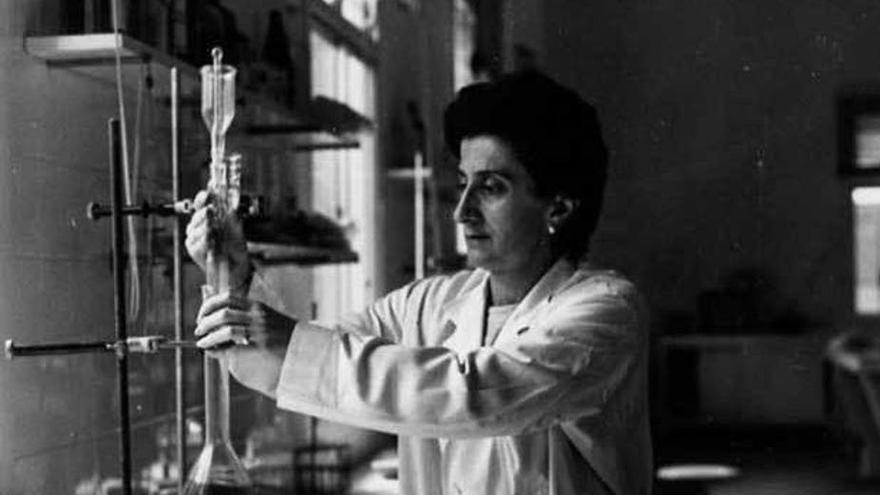 María Elisa Álvarez Obaya en el Laboratorio de Inspección Farmacéutica de Las Palmas a mediados de los años sesenta del siglo XX