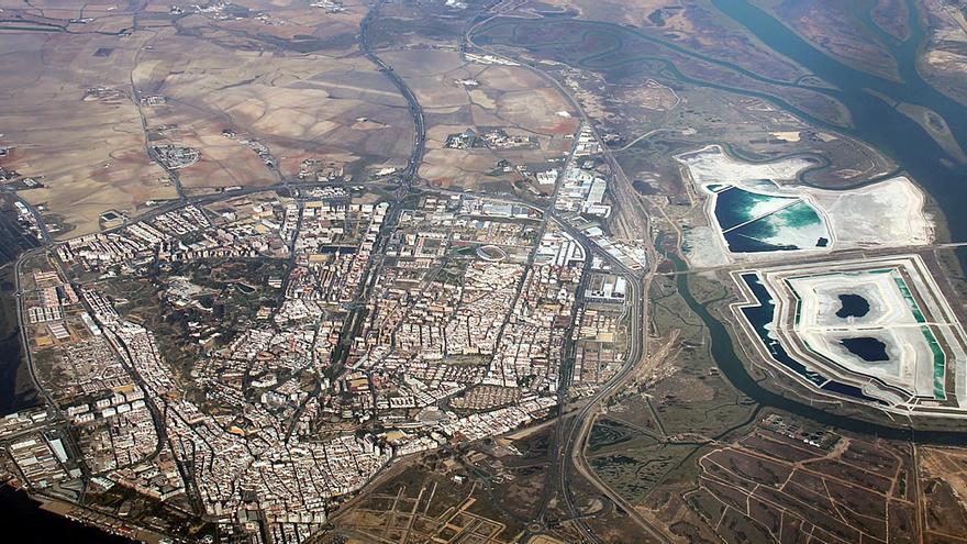 Las balsas de residuos, a la derecha, con la ciudad de Huelva a su izquierda.