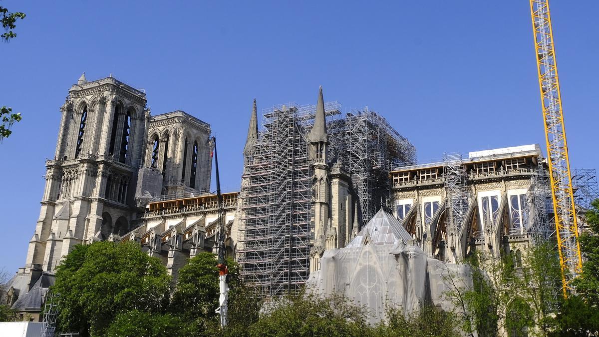 Andamios colocados en la catedral de Notre-Dame de Paris.