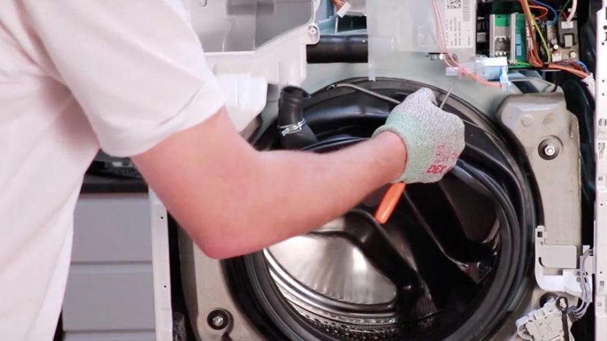 Reparación de una lavadora.