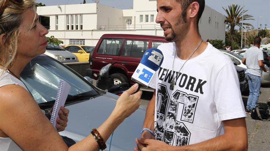 El padrastro de Yeremi Vargas, Jonathan Guisado, atiende a los medios de comunicacion a la puerta de los juzgados de San Bartolome de Tirajana. EFE/Elvira Urquijo A.