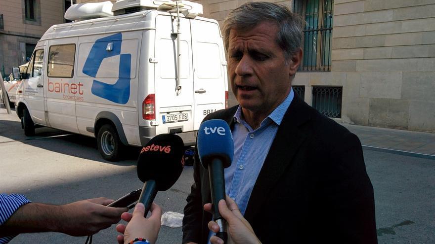 """PP dice que Colau """"se ha quitado la careta"""" al colgar en el Ayuntamiento la pancarta con el lema 'Més democràcia'"""