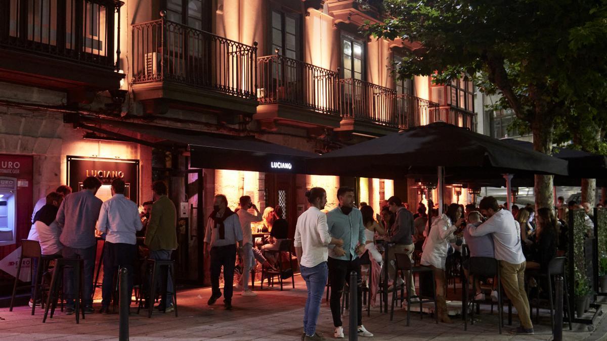 Ambiente en una calle de bares de Santander, antes de su cierre a medianoche, a 3 de julio de 2021.