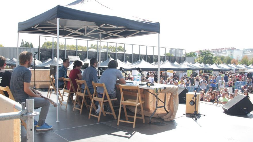 Publico escenario carpas Feria Economia solidaria - Álvaro Vega