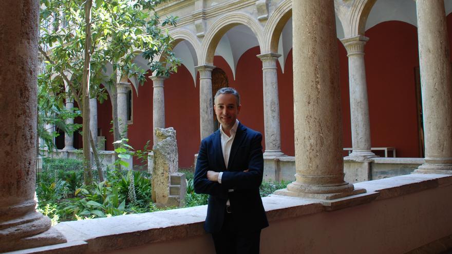El director del Consorcio de Museos, José Luis Pérez Pont, en el claustro del Centro del Carmen