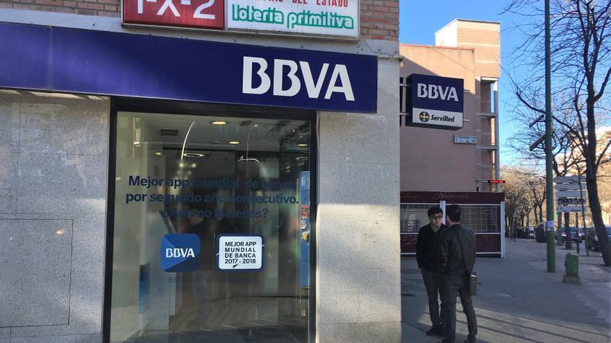 Sucursal de BBVA en Usera, donde varios ciudadanos chinos han ido a poner reclamaciones ante el bloqueo de cuentas