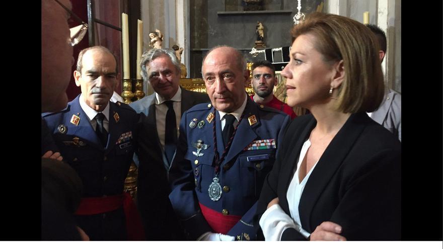 La ministra de Defensa, María Dolores de Cospedal, en la visita a la tumba del aviador franquista Joaquín García-Morato. | @cfdmisericordia