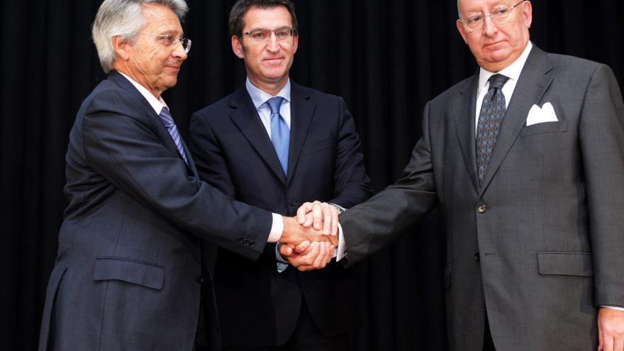 Feijóo, con Julio Fernández Gayoso (Caixanova) y Mauro Varela (Caixa Galicia) en el acto de firma de la fusión
