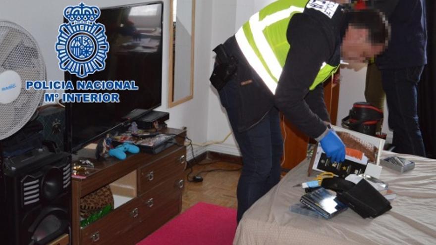Actuación policial en uno de los pisos de la red de trata desmantelada en Santiago