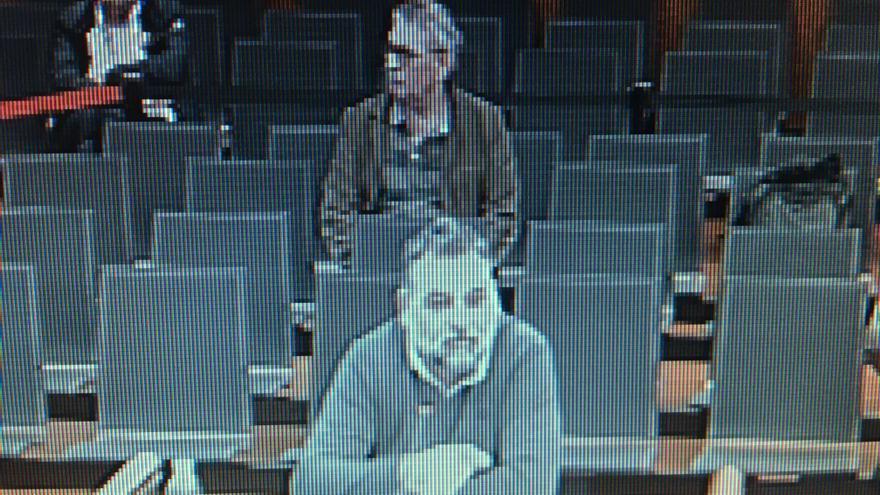 Iñigo Aparicio, con Prudencio Hierro al fondo, en el juicio del 'caso De Miguel'