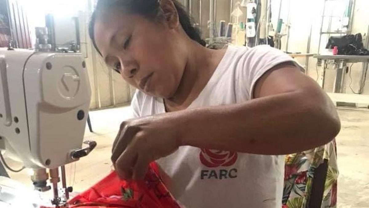 Una excombatiente de las FARC confecciona indumentaria
