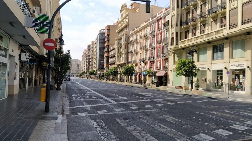 El habitual tráfico ha desaparecido de las calles del centro de València a causa del estado de alarma.