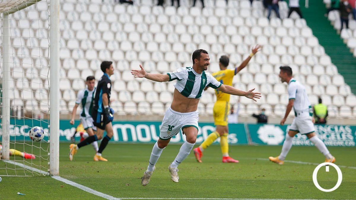 De las Cuevas celebra un gol en El Arcángel