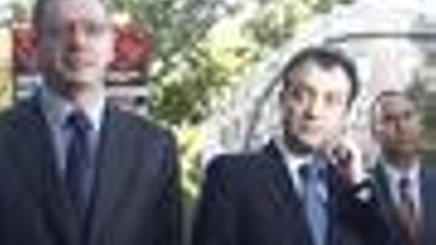 Gallardón apoya a Cobo, quien arremete contra Aguirre