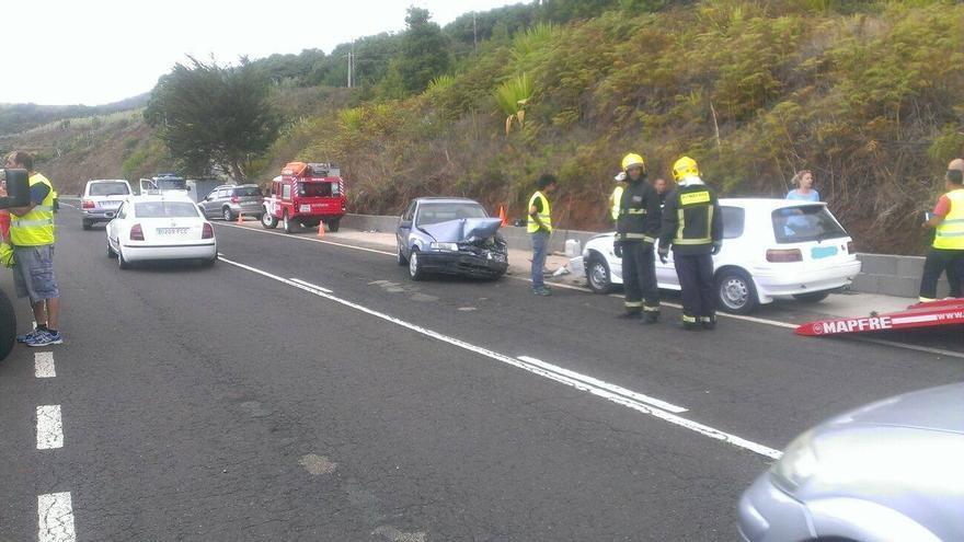 En la imagen, efectivos de los Bomberos junto a los vehículos implicados. Foto: BOMBEROS LA PALMA