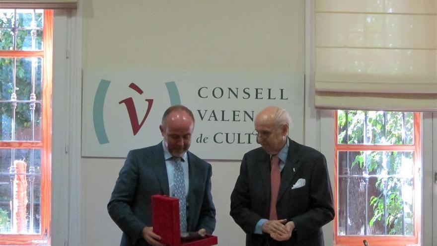 El gerente del Teatro Olympia, Enrique Fayos, recibe la medalla del Consell Valencià de Cultura. Europa Press