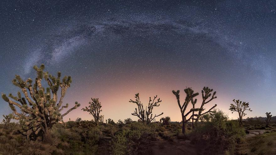 La Vía Láctea cruza el cielo del Desierto de Mojave. Capture the Atlas