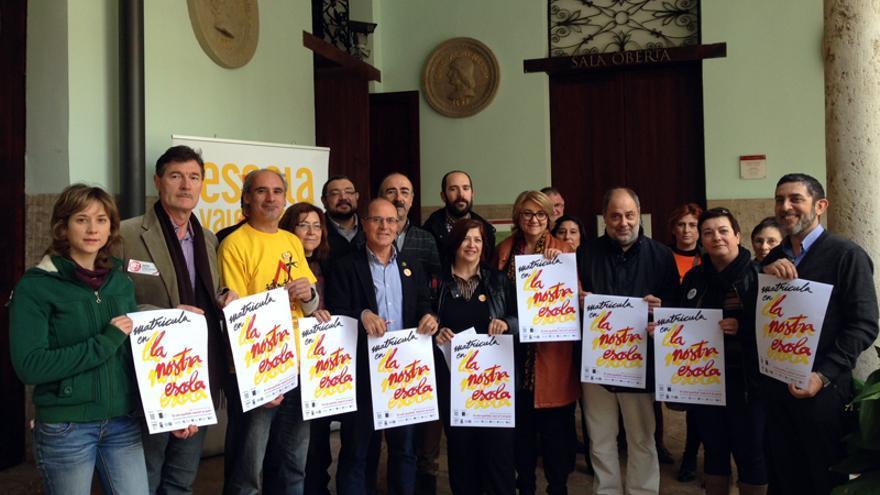 Miembros de Escola Valenciana presentan la campaña sobre 'La nostra Escola'