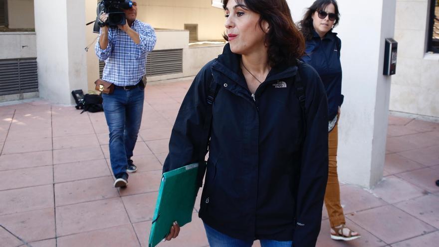Rivas recoge la sentencia que la condena a cinco años de prisión y pide justicia para sus hijos