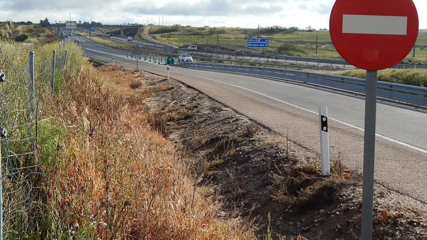 Carretera con restos de fumigación en sus márgenes