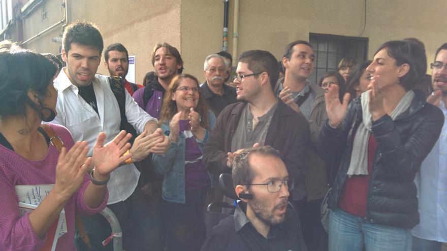 Teresa Rodríguez, Pablo Echenique y Lola Sánchez, junto con componentes del equipo Sumando Podemos. \ Aitor Riveiro