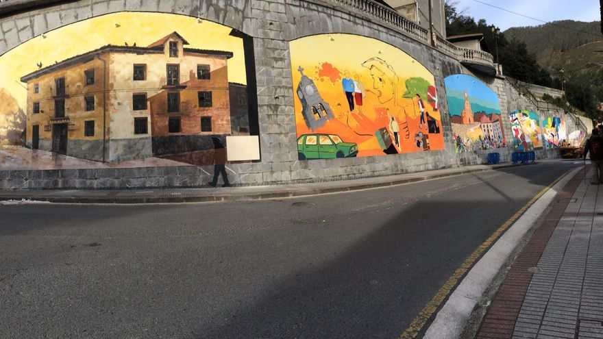 Algunos de los murales pintados en recuerdo de las víctimas del atentado en el bar Aldana.