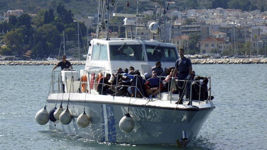 Imagen de archivo de refugiados sirios a bordo de un barco tras ser rescatados por la Guardia Costera griega en el puerto de Mytilini en la isla de Lesbos (Grecia).