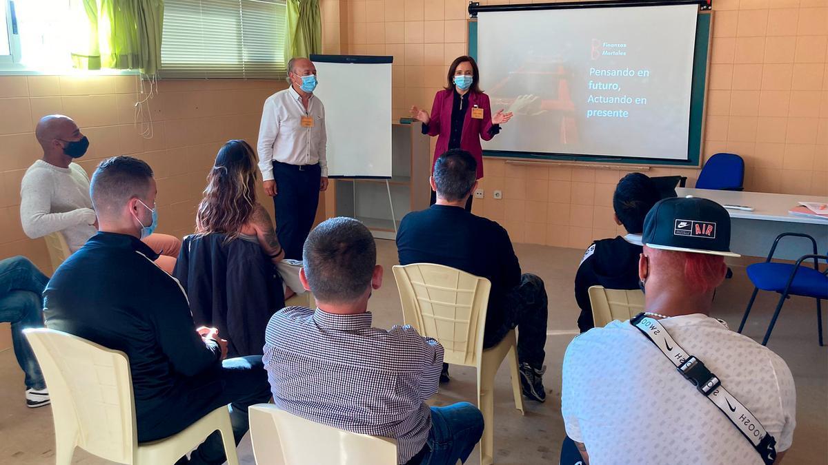 Profesionales de Banco Santander imparten un taller de educación financiera en el centro penitenciario de Teixeiro, La Coruña.