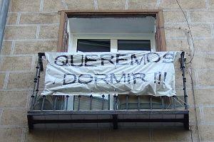 Único balcón cercano al número 8 en el que queda una pancarta a favor del derecho al descanso