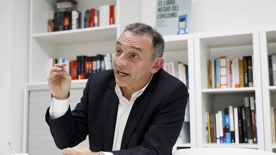 El secretario general del PCE, Enrique Santiago, en la redacción de eldiario.es.
