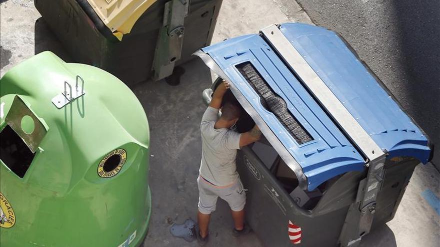 Sevilla multa desde hoy con hasta 750 euros a quienes rebusquen en la basura