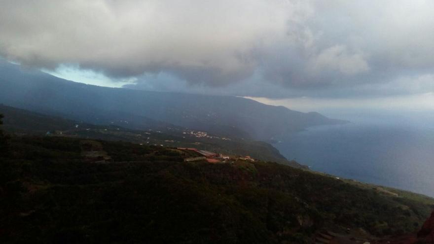 Panorámica de la vertiente este de La Palma este domingo. Foto: Juanma Hernández.