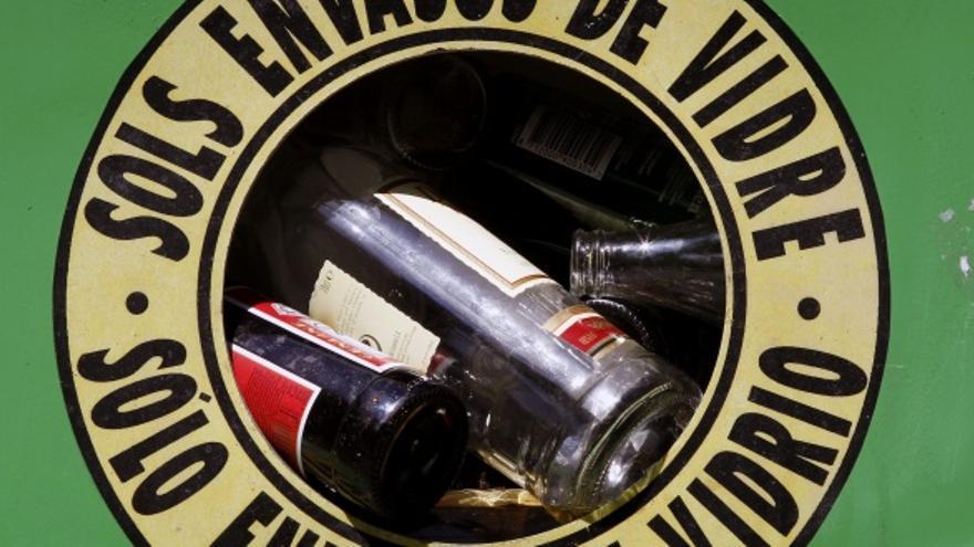 Contenedor de vidrio. EFE/ Juan Carlos Cárdenas