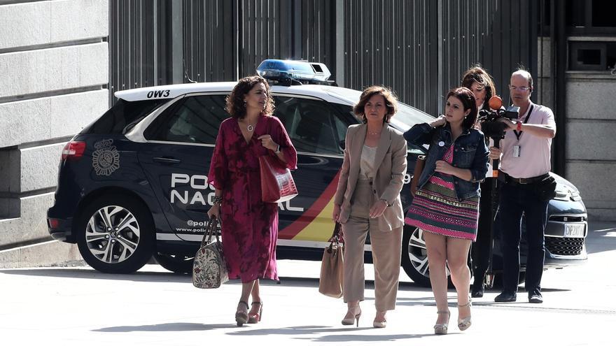El equipo negociador del PSOE: María Jesús Montero, Carmen Calvo y Adriana Lastra se dirige al Congreso de los Diputados a su segunda reunión con Unidas Podemos.