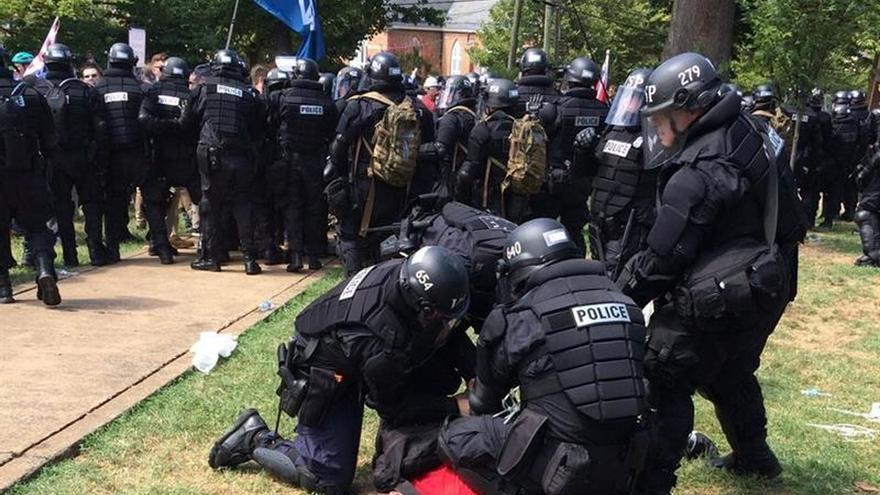 La policía detiene a un manifestante en la marcha supremacista de EEUU.