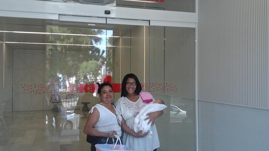 Imagen del año 2012, la última visita de esta mujer a España para conocer a su nieta