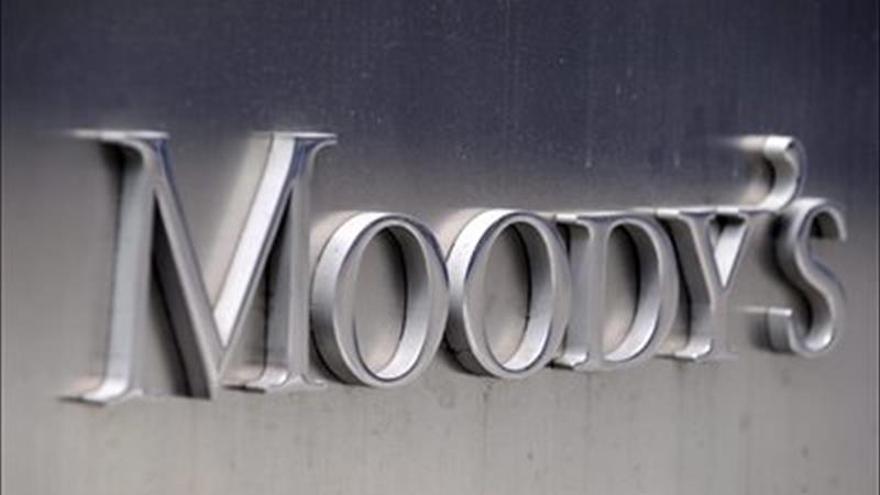 """Moody's mejora perspectiva de deuda argentina de estable a """"positiva"""""""