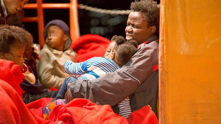 Trasladan al hospital a 2 embarazadas rescatadas en una patera en Mar Alborán