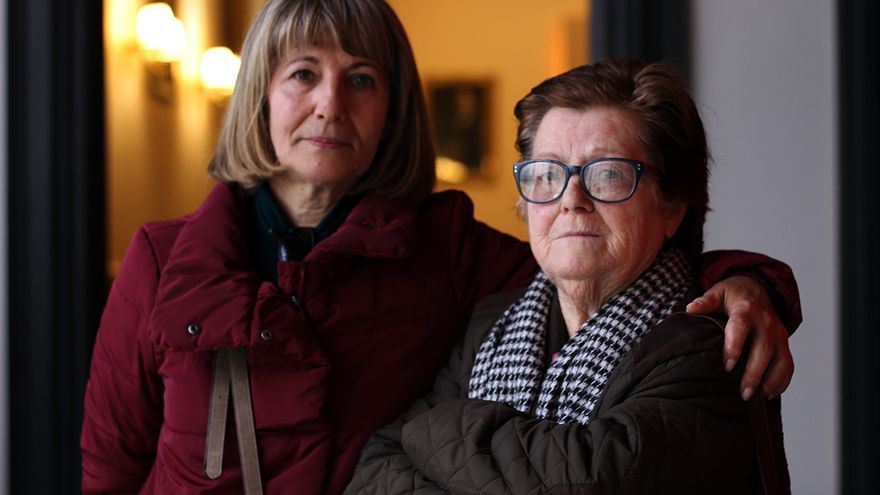 Maruchi junto a Concepción Ordóñez, familiares de víctimas de Franco. | JUAN MIGUEL BAQUERO