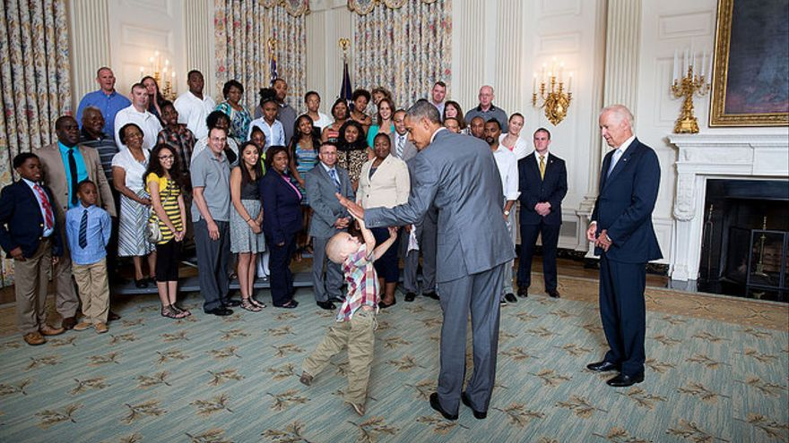 Barack Obama saludando a un niño en la Casa Blanca // Official White House Photo por Pete Souza