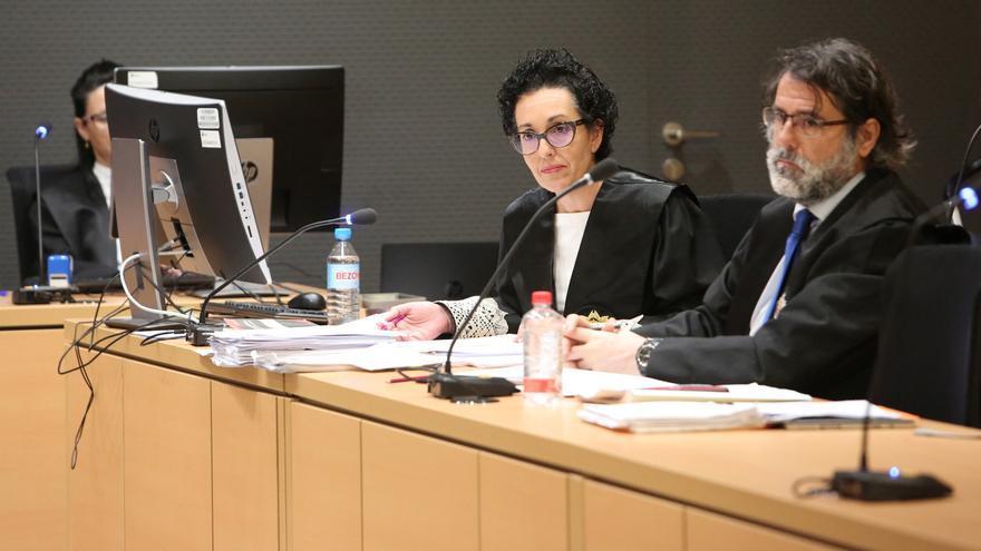 La fiscal Evangelina Ríos, junto al representante de la Abogacía del Estado, en el juicio contra Cristóbal Ortega. (ALEJANDRO RAMOS)