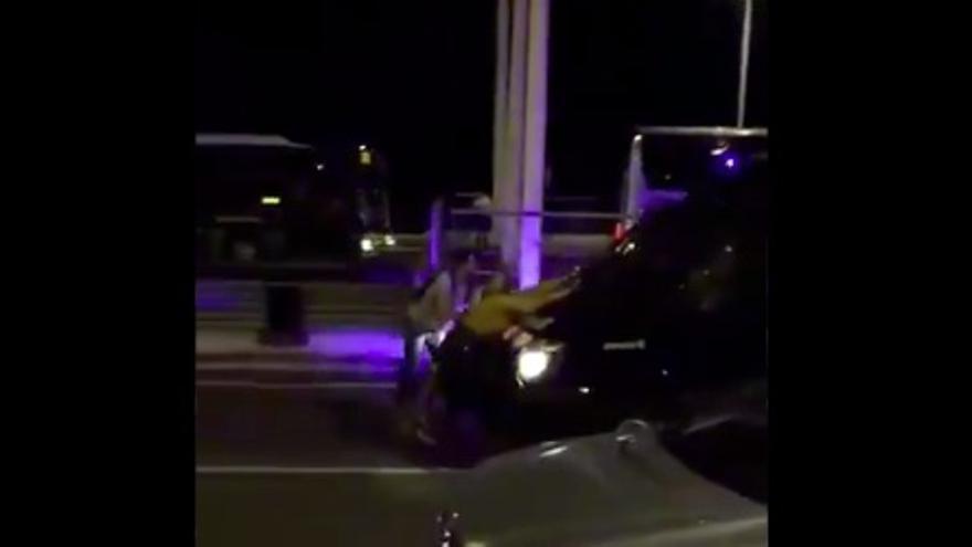 Un furgón policial de los Mossos arrastra a un manifestante