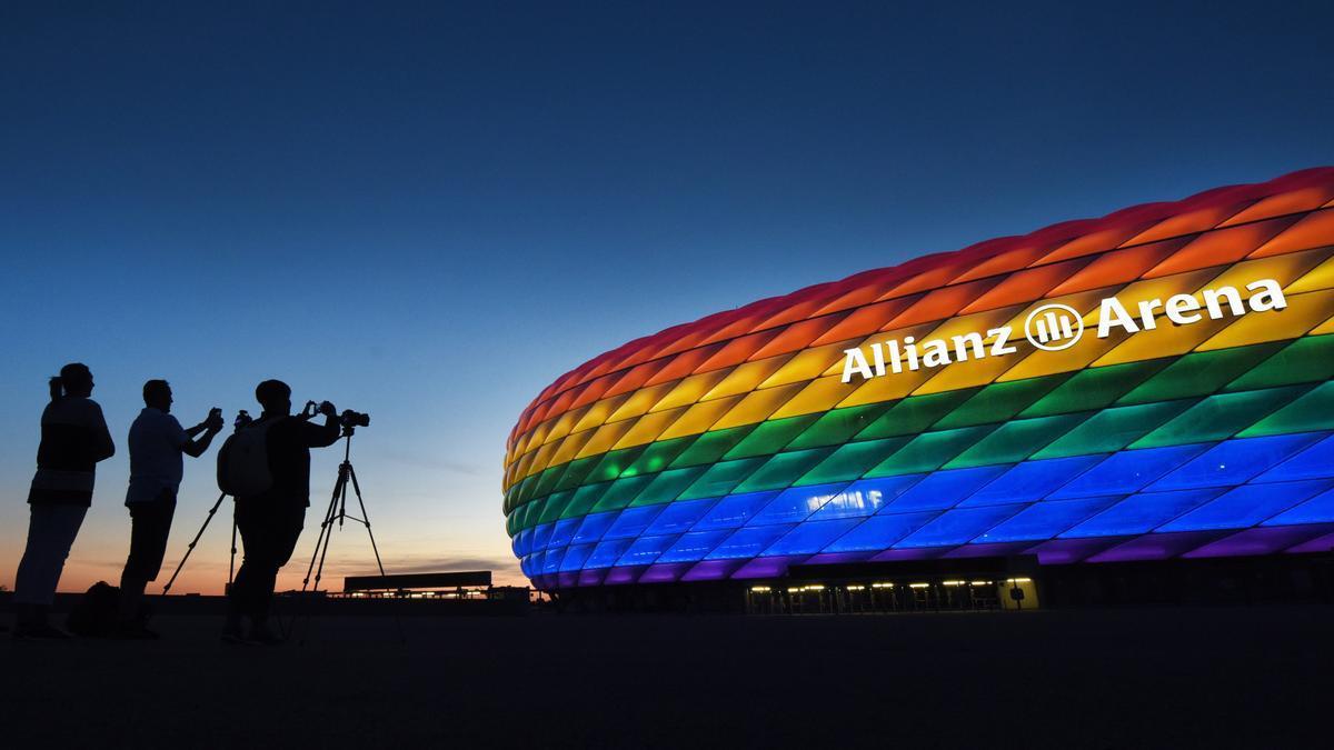 El Allianz Arena de Munich iluminado con los colores de la bandera LGTBI