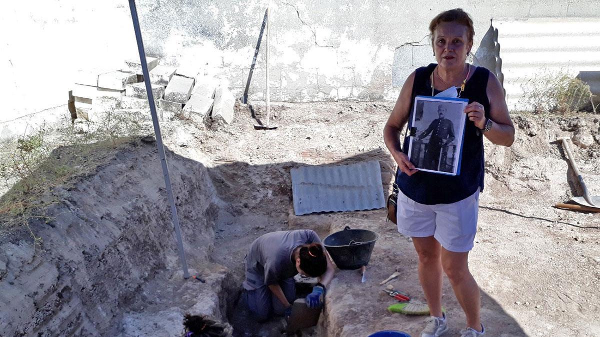 Ascensión González, con la foto de un familiar represalido, junto a la fosa exhumada en Cabra.