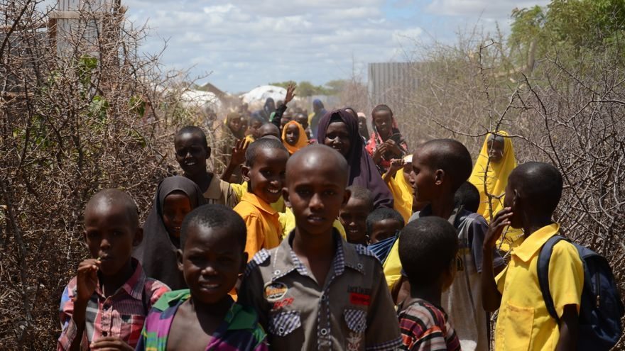 Un grupo de niños persigue a la cámara en el campo de refugiados de Dadaab, en Kenia. Las escuelas del campo se han visto perjudicadas por los recortes en profesores. / Sabina de Vicente.