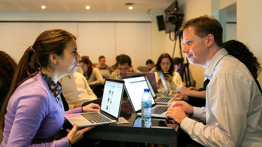 Dos participantes en un evento de School of Data en Chile. Crédito fotografía: James Florio. Poderomedia Foundation. (CC 3.0 attribution-share alike)