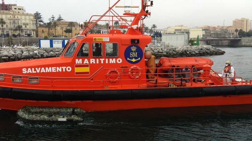 Rescatados 25 varones de una patera en aguas próximas a Barbate