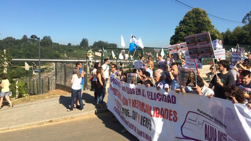 Llegada de las víctimas al homenaje realizado en la curva de Angrois a la misma hora en que descarriló el Alvia hace tres años